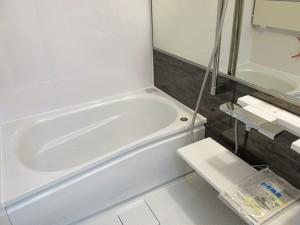 落ち着いたダークブラウンのアクセントパネルが素敵なお風呂になりました。タオル掛け、収納棚、手すりにもなるシャワースライドバー等、機能性もばっちりです!