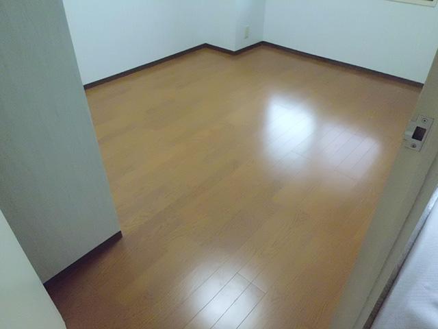 洋室を絨毯からフローリングにリフォームしました。マンションなので床材は防音フロアを使用しています。 ガラっと雰囲気が変わりました!お掃除もしやすいですよね♪