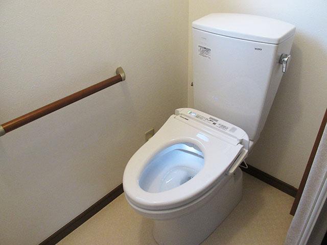 ケアマネージャーの方と相談し、介護リフォームを実施しました。 トイレは車いす対応のものに交換しました。一般的な便座よりも高さがあり、車いすから腰を横にずらすだけで座れるようになりました。 入口も車いすのまま入れるように大きく開口し、ドアではなくアコーディオンカーテンで仕切りました。 廊下との段差も解消しました。