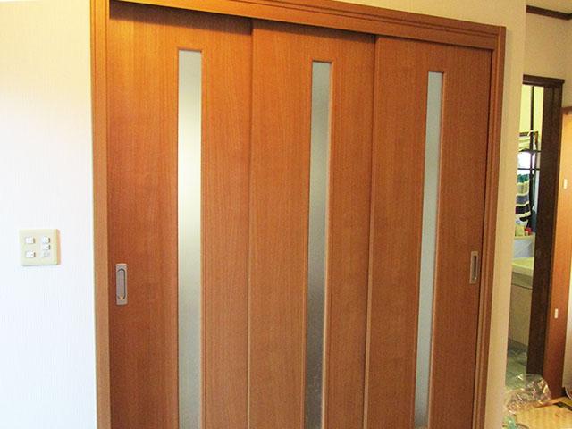 LDKの入口のドアを大きく開く三枚連動引き戸にしました。 これなら車いすの通るスペースも十分確保でき、引き戸なので力もいりません。 このほかに各部屋入口の段差解消をしました。