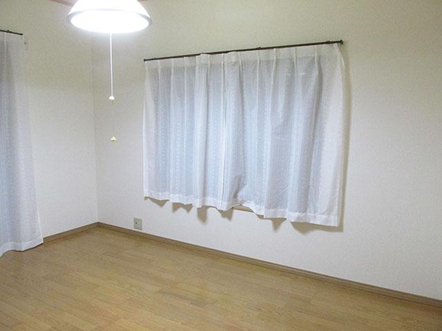 明るいフローリングの洋室になりました。 障子も不要となったため、レールのあった窓枠は交換してカーテンレールを取り付けました。 押入は大容量のクローゼットになりました。