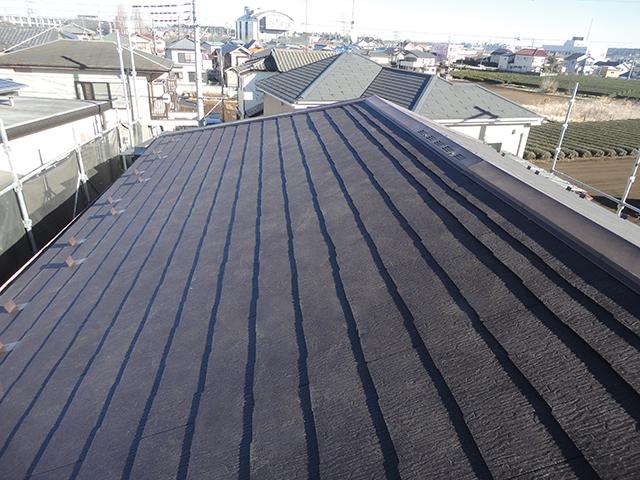 ソーラーパネルを撤去し、瓦もすべて撤去しました。 屋根の下地の野地板も新しいものを重ね貼りし、今回はスレート屋根に葺き替えました。