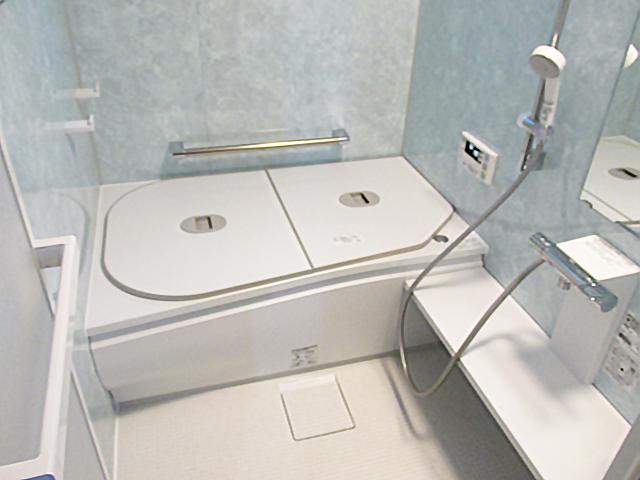 TOTOのサザナというユニットバスが入りました!サイズは1216と呼ばれるサイズで0.75坪のタイプです。 白と淡いブルーで明るく広く感じるお風呂になりました。