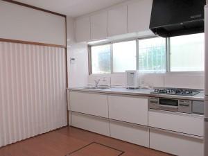 クリナップのラクエラが入り、明るくて白いキッチンになりました!以前は洗面所入口の上にあった吊戸棚をキッチン上にまとめることで家事動線がすっきりしました!