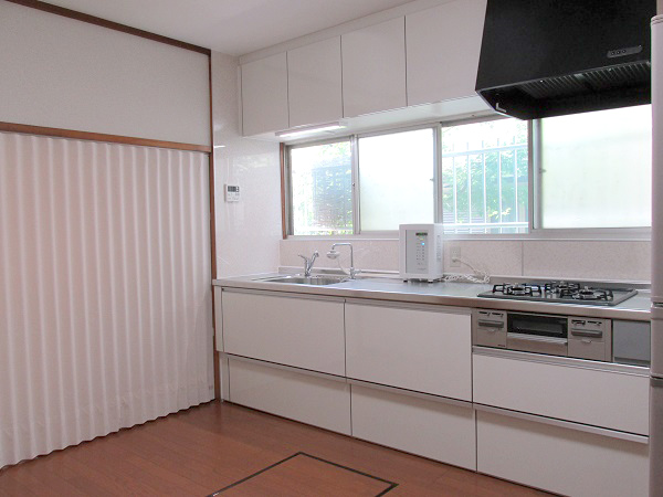 クリナップのラクエラが入り、明るくて白いキッチンになりました! 以前は洗面所入口の上にあった吊戸棚をキッチン上にまとめることで 家事動線がすっきりしました!
