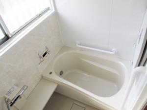 真っ白な明るいお風呂になりました。TOTOのサザナというユニットバスです。以前の浴槽と比べると、とても広くなったのでこれでしたらゆっくりおくつろぎいただけます♪