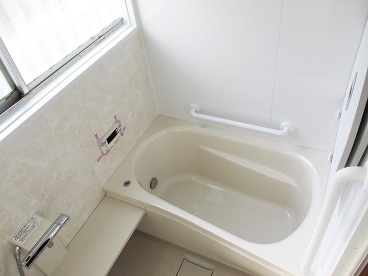 真っ白な明るいお風呂になりました。 TOTOのサザナというユニットバスです。 以前の浴槽と比べると、とても広くなったので これでしたらゆっくりおくつろぎいただけます♪