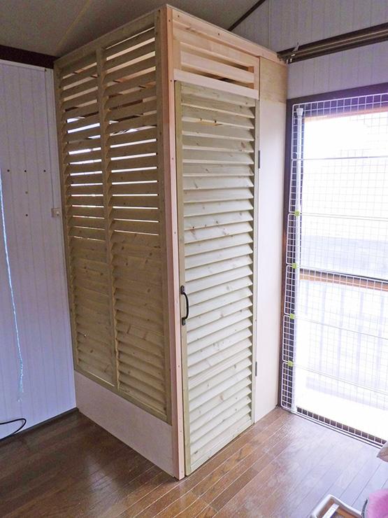 ルーバーラティス(ルーバー状の木製フェンス)を壁とドアに取り付けました。 開閉できるようにしたので、落ち着いてドアをしめてから室外に出れば子猫ちゃんが飛び出す心配もありません。