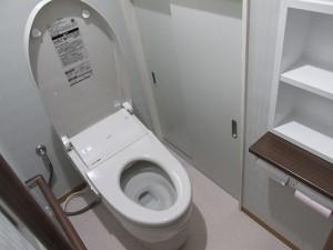 最新のタンクレストイレ、ネオレストがはいりました。下がっていた床も廊下からフラットにし、右側の壁には手すりをとりつけてバリアフリーなトイレになりました。収納も戸を新しくしたので明るい空間になりました。