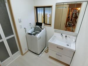 新しい洗面化粧台、ピアラが入りました!床、壁は解体し断熱材を入れ直しました。