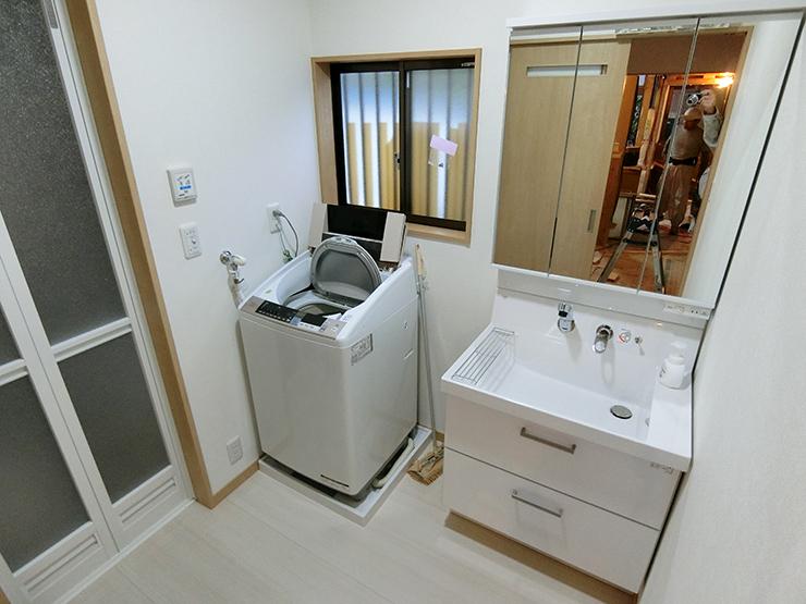 新しい洗面化粧台、ピアラが入りました! 床、壁は解体し断熱材を入れ直しました。