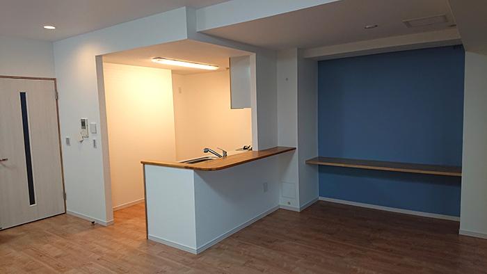 キッチンの吊戸棚が無くなり、リビング、ダイニングを見渡すことができ、とても解放感が出ました。 また、クロスにもこだわり、アクセントクロスを設置しました。 床材もリフォーム前よりも明るいお色味を選ばれ、部屋全体が明るくなりました。