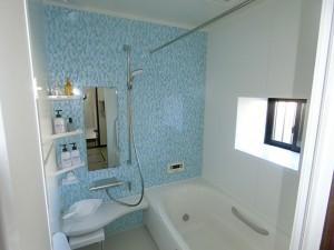 お風呂はLIXILのアライズをお選びいただきました。窓を交換し、乾燥換気暖房機を付け暖かいお風呂へ変わりました。既存のお風呂が出窓タイプの場合でも窓枠を組みユニットバスへ入れ替えることが可能です。トイレはTOTOのピュアレストEXをお選びいただきました。おうとつが少なく掃除がしやすくいタイプです。同時に床のクッションフロアーとクロスも交換しました。アクセントのクロスがとても良い感じです♪