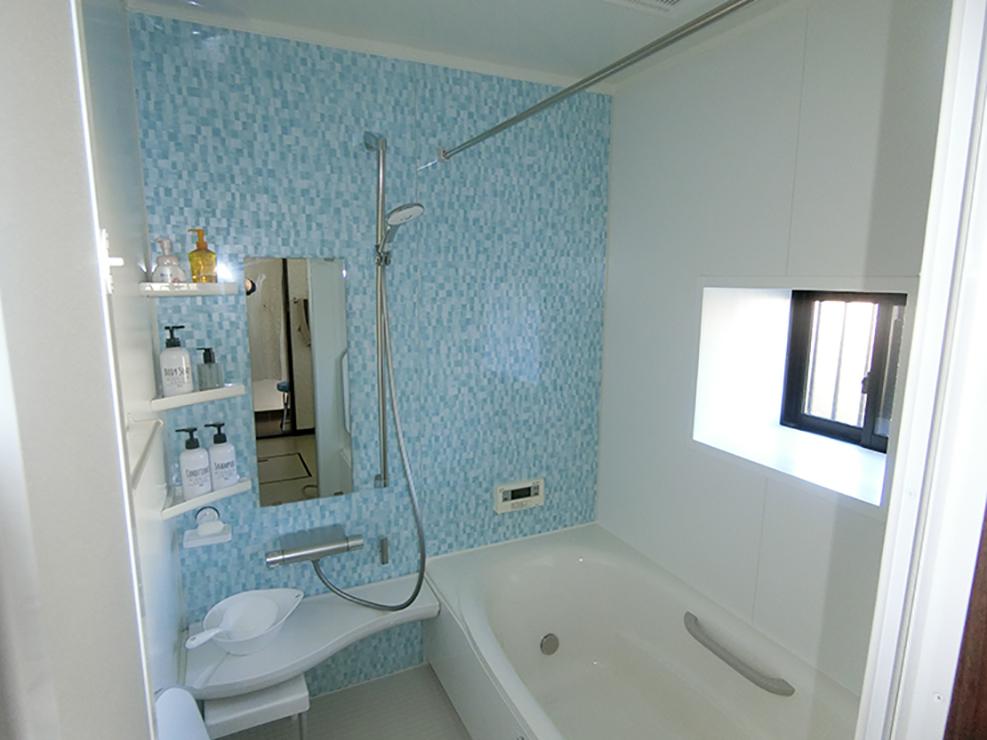 お風呂はLIXILのアライズをお選びいただきました。窓を交換し、乾燥換気暖房機を付け暖かいお風呂へ変わりました。 既存のお風呂が出窓タイプの場合でも窓枠を組みユニットバスへ入れ替えることが可能です。トイレはTOTOのピュアレストEXをお選びいただきました。おうとつが少なく掃除がしやすくいタイプです。同時に床のクッションフロアーとクロスも交換しました。アクセントのクロスがとても良い感じです♪