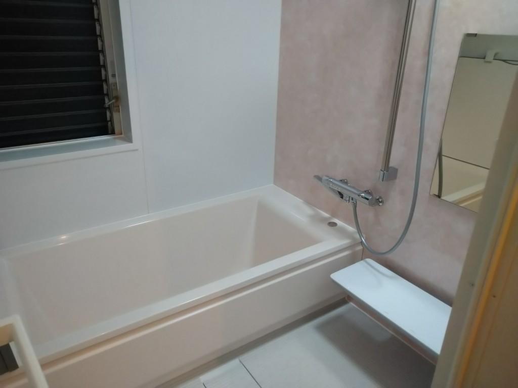 トマトハウスのチラシをご覧いただき、お問い合わせを頂きました。 ユニットバスはTOTOのショールームに行き、色や仕様を一つ一つ決めていきました。 浴室は「ほっカラリ床」を気に入り、TOTOのサザナを選び、洗面台はLIXILのピアラをお選びいただきました。